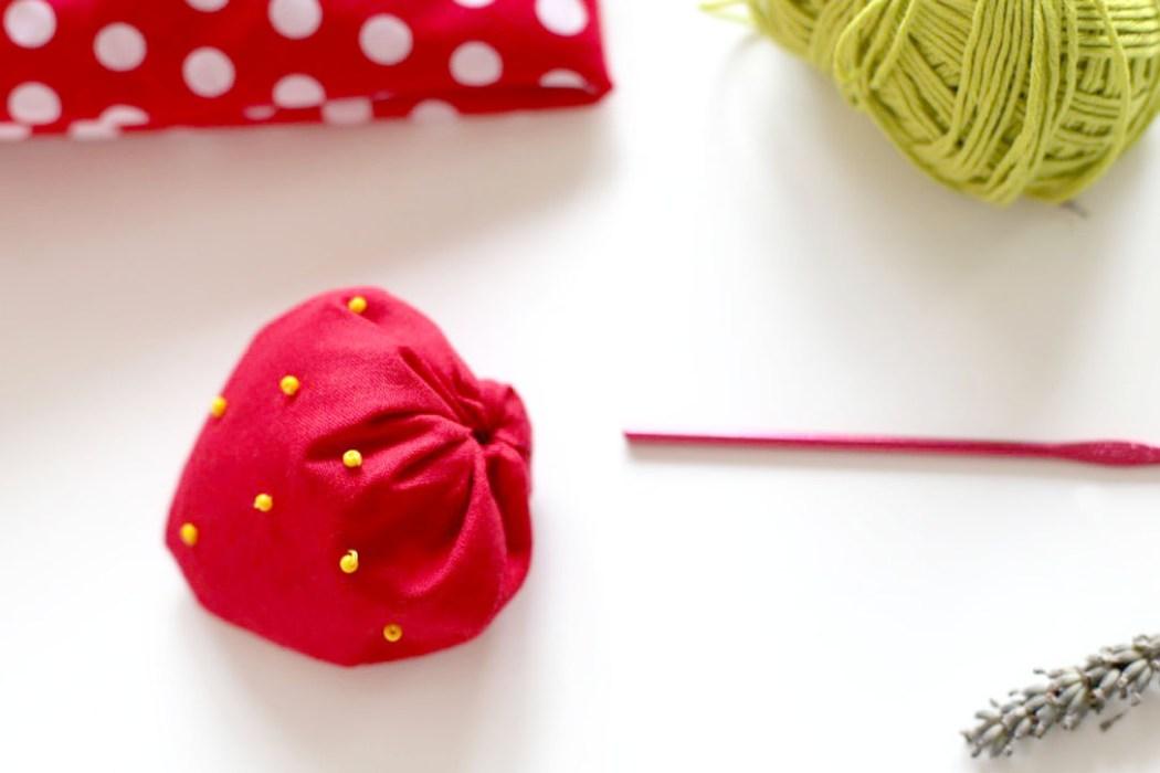 160913 sachet lavande fraise perles Une petite fraise parfumée à la lavande à glisser dans son armoire
