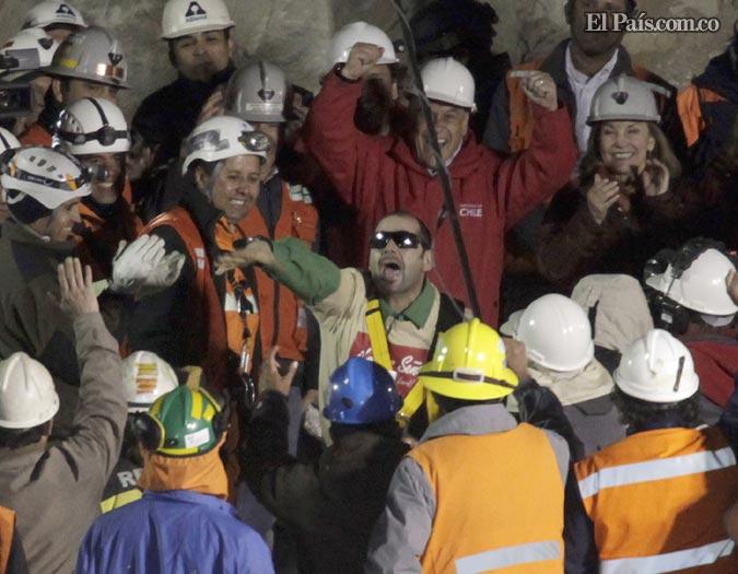 Júbilo. Mario Sepulveda, segundo minero rescatado la noche del martes, saltó de la cápsula a repartir abrazos y a celebrar su libertad, luego de permanecer 69 días atrapado a 700 metros bajo tierra. - Foto: AP
