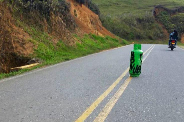 Dos cilindros con graffitis del ELN fueron abandonados en vía del Cauca