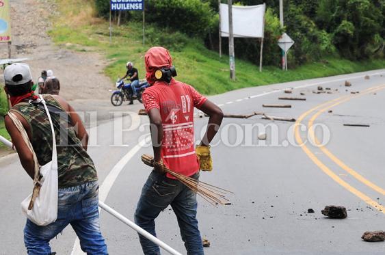 Imagen del bloqueo de la vía Panamericana en la vereda El Pital de Caldono, Cauca. Foto: Oswaldo Páez | El País