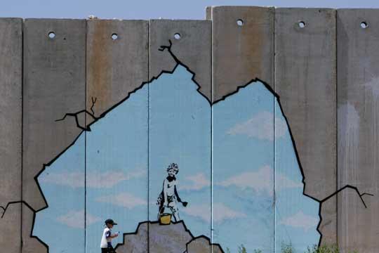 Una de las pinturas del muro de Gaza