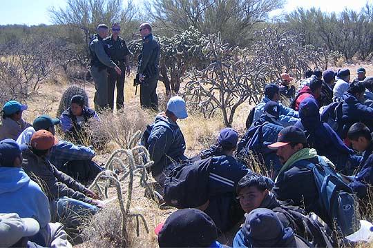 https://i2.wp.com/www.elpais.com/recorte/20060402elpdmgrep_1/SCO250/Ies/grupo_inmigrantes_detenido_desierto.jpg