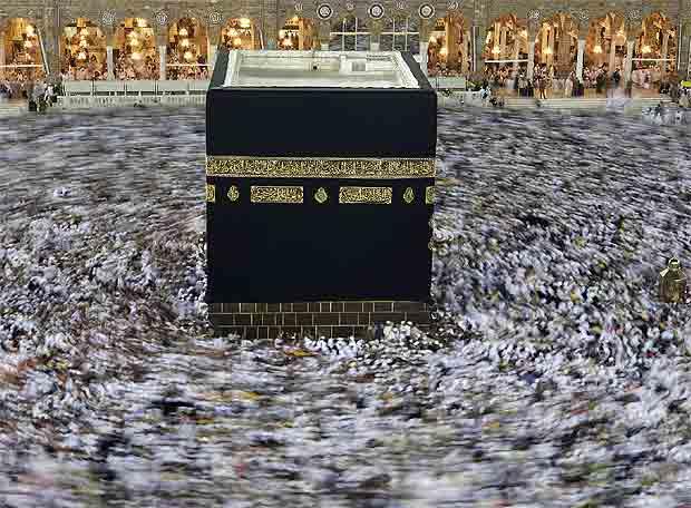 La Meca con miles de musulmanes girando a su alrededor