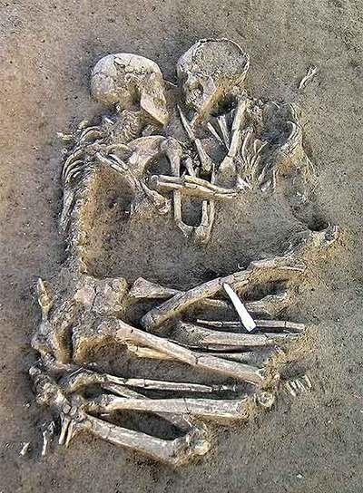 Los restos de dos esqueletos hallados en Mantua, unidos en un abrazo y datados hace entre 5.000 y 6.000 años.