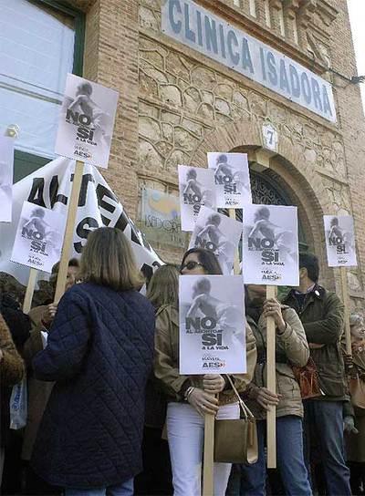 Manifestantes ante el negocio abortista Isadora