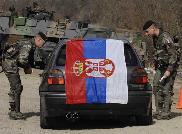 Soldados de la OTAN detienen un coche