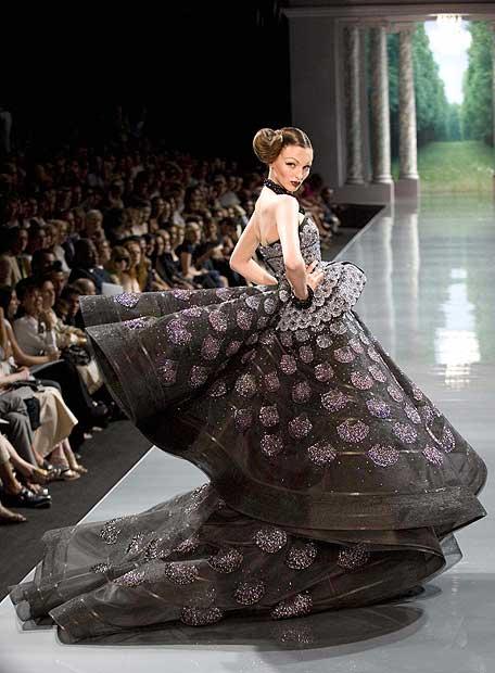 Una modelo en el desfile de Dior