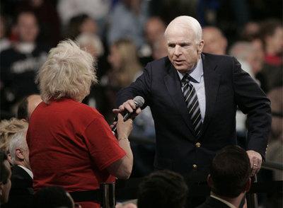 McCain trata de aplacar a sus seguidores y pide