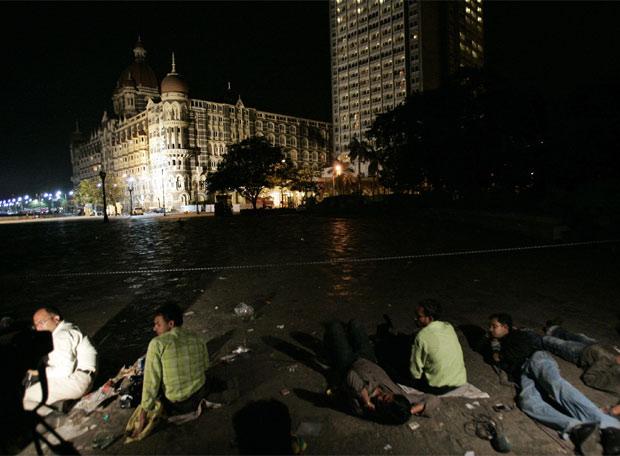Terror en Bombay - Los informadores siguen todos los movimientos