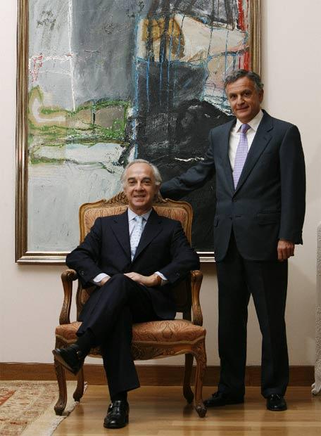 Enrique de Leyva (de pie) y Ángel Corcóstegui