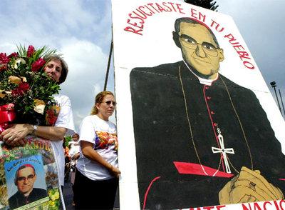 Óscar Arnulfo Romero, asesinado de un disparo en el pecho
