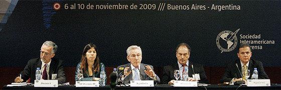 De izquierda a derecha, los periodistas Carlos Jornet, María O'Donnell, Marcos Aguinis, Julio Blanck y Alejandro Aguirre, ayer en Buenos Aires