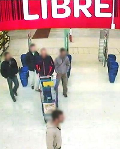 Los cinco bomberos confundidos con etarras, a su llegada a Barcelona. (Fuente: ElPaís.com)