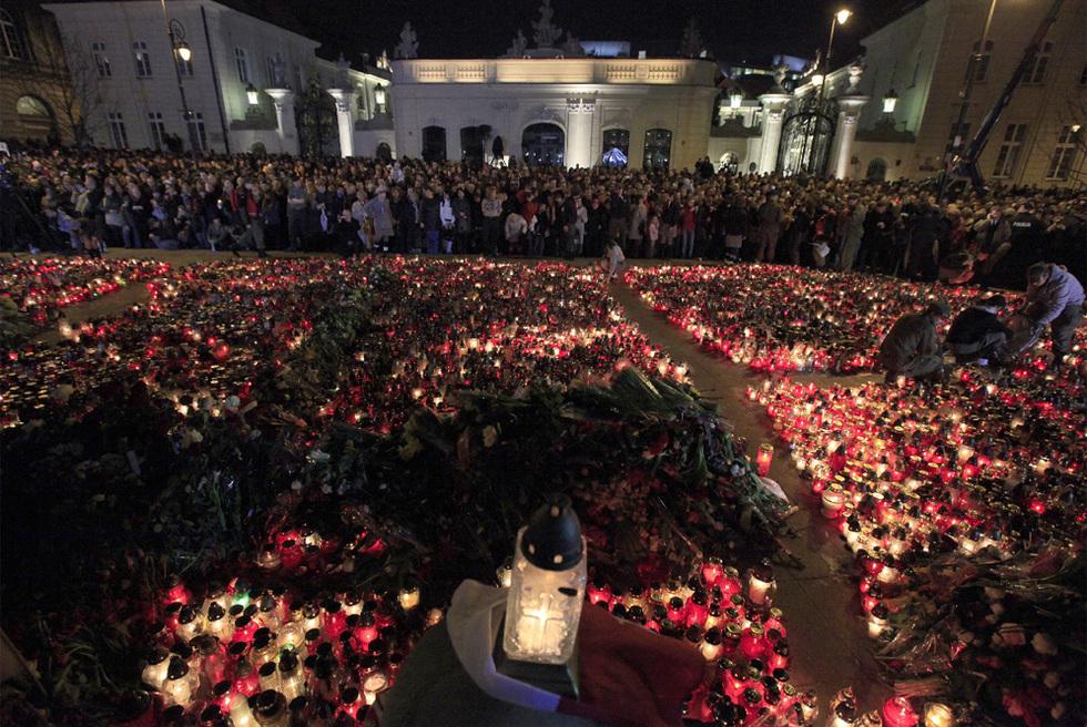 Polonia llora a Kaczynski  - Rezo frente al Palacio Presidencial