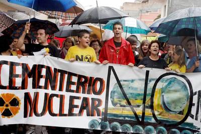 La Plataforma contra el Cementerio Nuclear de Zarra durante la manifestación que han llevado a cabo por las calles de Ayora