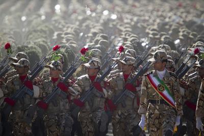 https://i2.wp.com/www.elpais.com/recorte/20100923elpepiint_5/XXLCO/Ies/Miembros_Ejercito_irani_marchan_desfile_militar.jpg