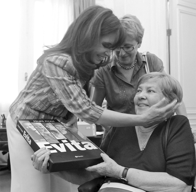 Cristina Kirchner, junto a la escritora María Elena Walsh