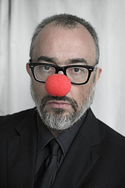 Alex de la Iglesia con nariz roja
