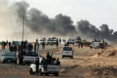 Las fuerzas rebeldes se retiran ante los bombardeos de Gadafi