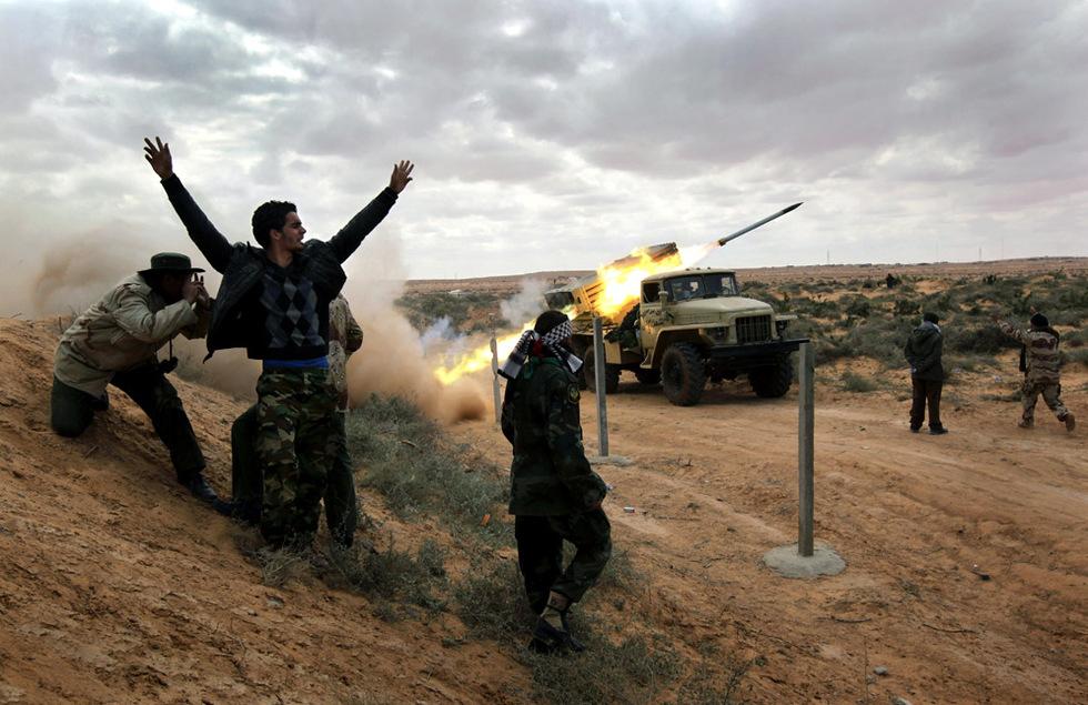 Combates en Libia  - Lanzamiento de un misil katyusha