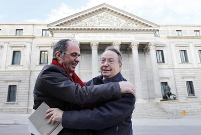 El abrazo entre el ex guardia civil José Antonio Iglesias y el exparlamentario Lluís Maria de Puig