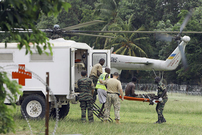 Evacuación de un herido en Abiyán