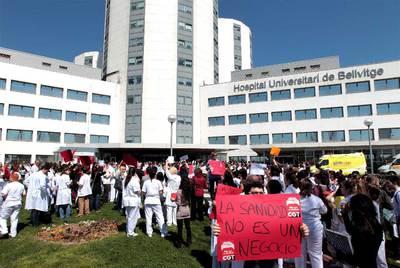 Protesta de trabajadores de la sanidad pública en L'Hospitalet