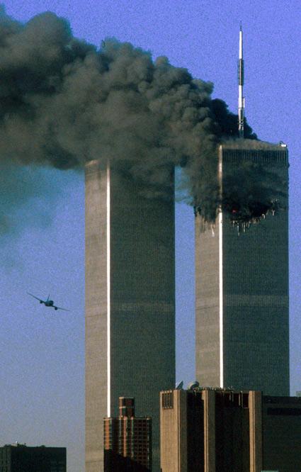El segundo avión contra las Torres Gemelas. Tras el secuestro del vuelo 175 de United Airlines poco antes de estrellarse contra la torre sur. La torre norte se quema después de un ataque con un avión secuestrado en la ciudad de Nueva York 11 de septiembre 2001. (REUTERS)