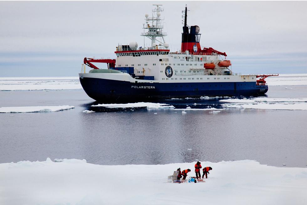 El barco 'Polarstern' de vuelta de la Antártida  - Atravesando un lago de hielo