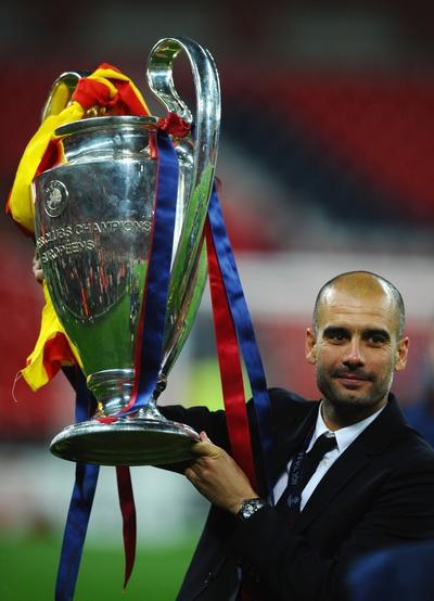 Guardiola, con el trofeo.