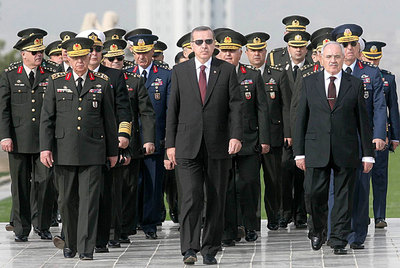 Recep Tayyip Erdogan, junto a los miembros del Consejo Supremo Militar