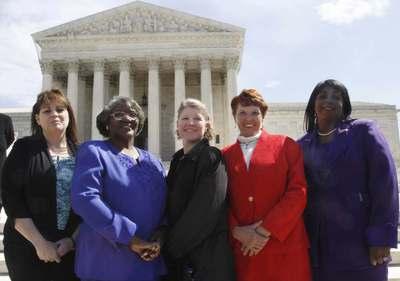 Betty Dukes (segunda por la izquierda) junto a las otras cuatro demandantes el pasado mes de marzo frente al Tribnal Supremo en Washington