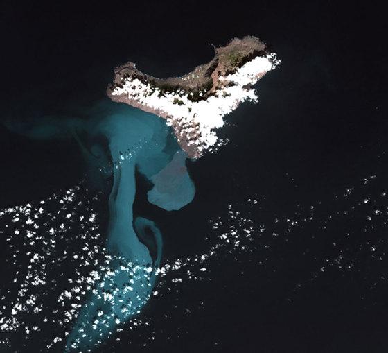 La mancha volcánica junto a El Hierro, captada por el satélite 'Deimos 1'