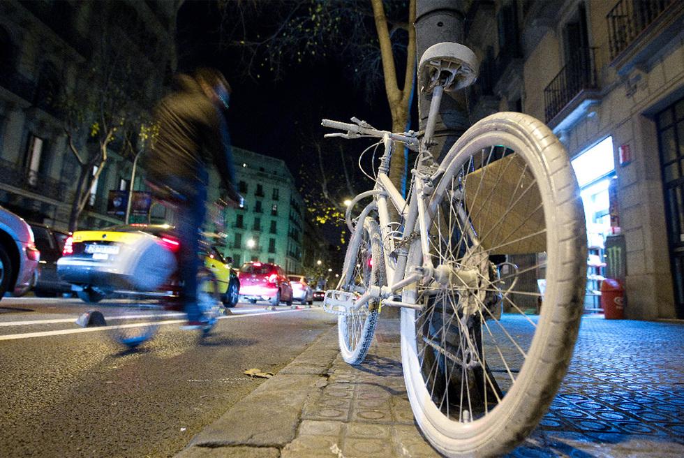 Una bicicleta blanca homenajea a la ciclista muerta en Barcelona