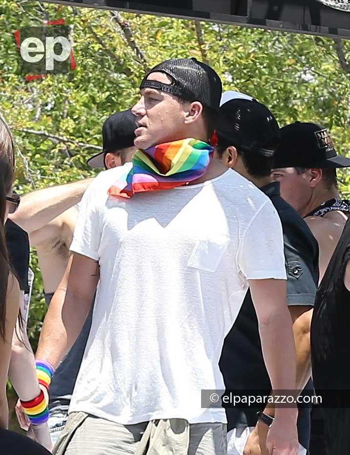Channing Tatum con su bufanda arcoíris.