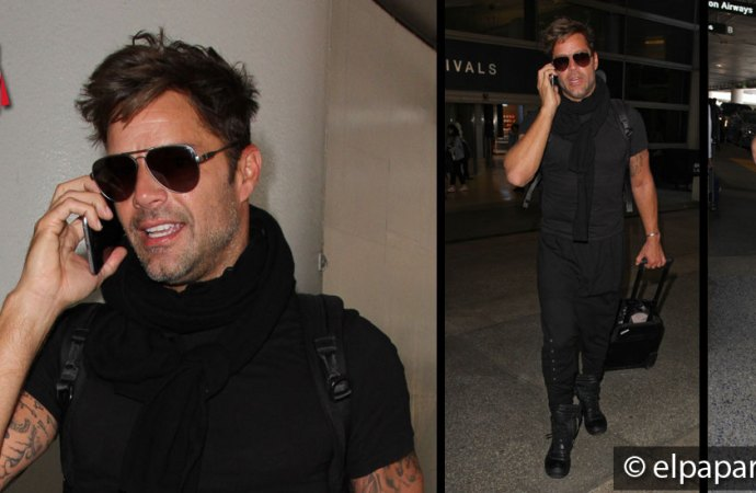 Ricky Martin no se despega de su telefono