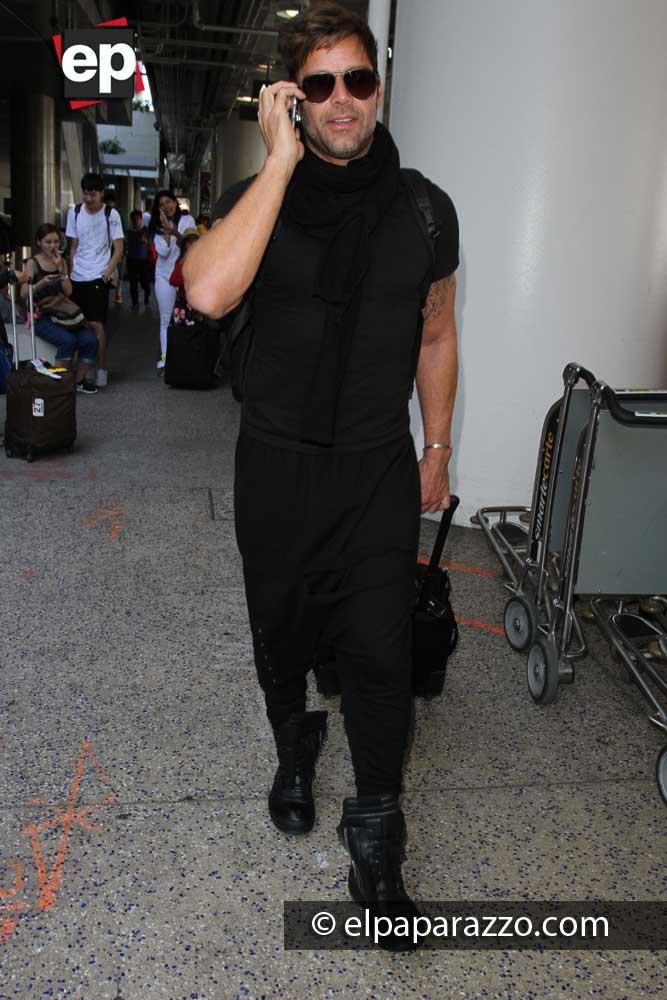 Muy entretenido estaba Ricky Martin hablando por su celular.