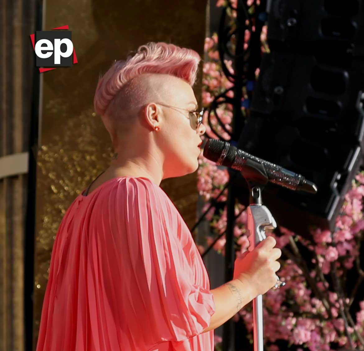 Pink interpretando el tema 'Just Like Fire'.