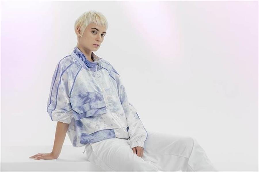 Fotografía cedida por Puma, marca que tiñe textiles mediante el uso de bacterias como una de las líneas de producción en las que investiga. EFE
