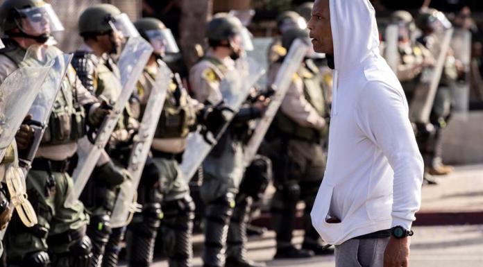 Con marchas entre la pobreza inmensa de Skid Row o por las calles empapadas de sueños de Hollywood, Los Ángeles (EE.UU.) se volcó hoy en una nueva jornada de protestas masivas que por todo el país reclamó el fin del racismo y la brutalidad policial y que exigió justicia por la muerte de George Floyd. EFE/EPA/ETIENNE LAURENT