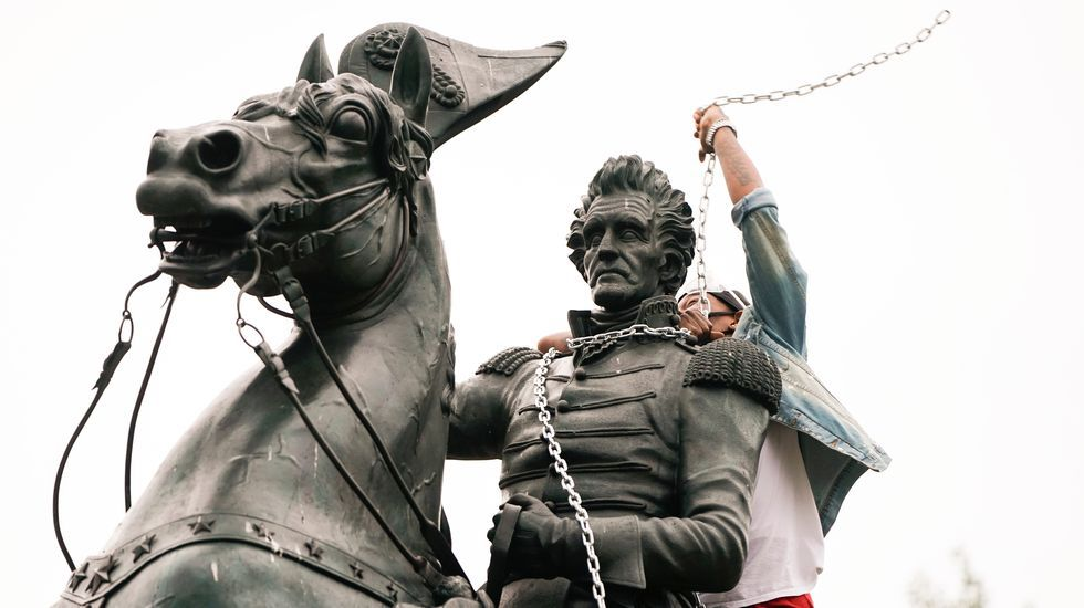 intentan derribar estatua de Andrew Jackson