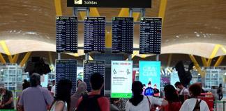 Pasajeros comprueban información sobre su vuelo en la terminal 4 del aeropuerto Adolfo Suárez-Barajas en Madrid, este domingo. EFE/Victor Lerena