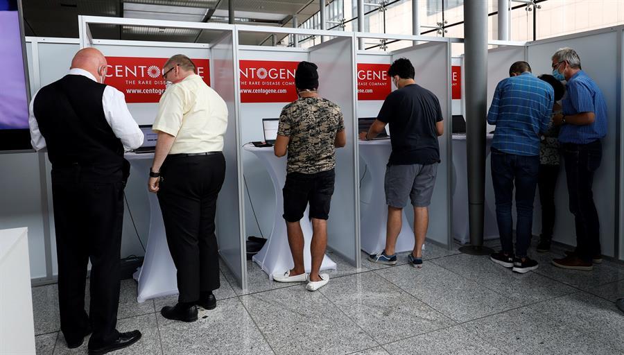 Viajeros esperan en el aeropuerto de Francfort para someterse a un test de corornavirus.EFE/EPA/RONALD WITTEK