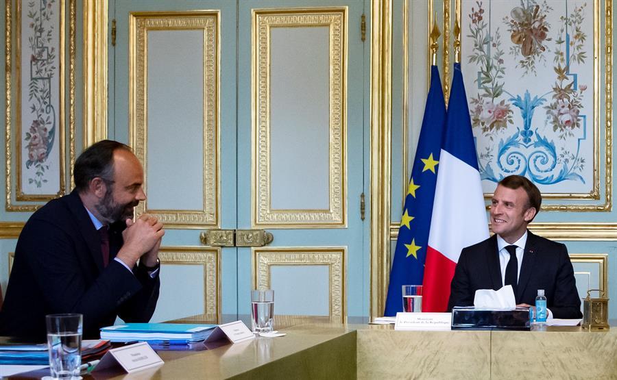 El presidente francés, Emmanuel Macron (d) en una reunión con el ya exprimer ministro Edouard Philippe (i) en una reunión en el Palacio del Eliseo sobre la crisis del coronavirus. EFE/EPA/IAN LANGSDON / Archivo