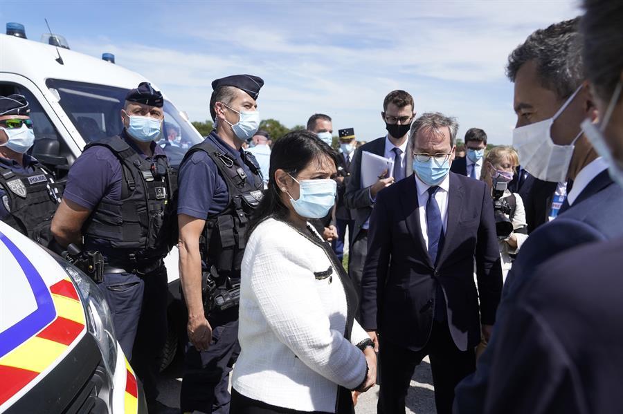 Imagen facilitada el domingo por el 10 de Downing street que muestra a la ministra británica de Interior, la conservadora Priti Patel, durante una visita a Calais junto a su homólogo francés Gerald Darmanin. EFE/EPA/ANDREW PARSONS/ DOWNING STREET HANDOUT