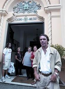 José María Aznar, ayer, frente al Casino Militar de Melilla.