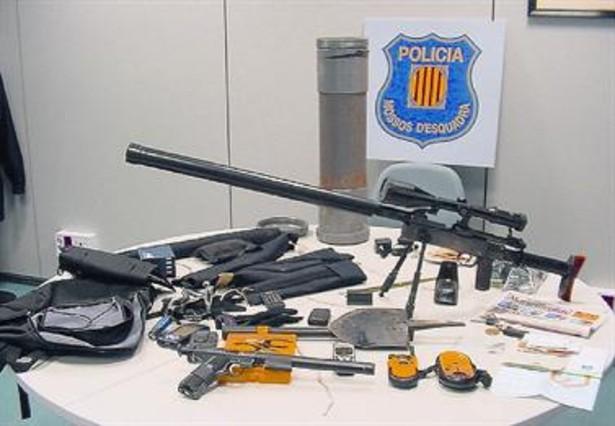 El fusil de plástico con mira telescópica que la policía catalana descubrió en el maletero del coche. ARCHIVO