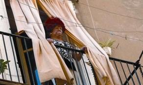 La cantante Carmen de Mairena, asomada al balcón tras la inspección judicial, ayer en el Raval.