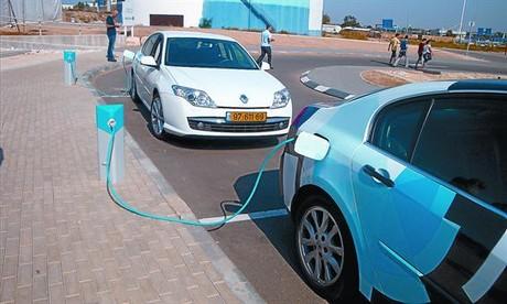 La innovación 8 Dos coches Renault con la batería de Better Place y matrícula israelí, conectados a los puntos de carga de la empresa.