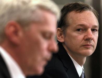 Julian Assange (a la derecha) escucha al portavoz Kristin Hrafnsson, durante una rueda de prensa en Londres el pasado sábado.